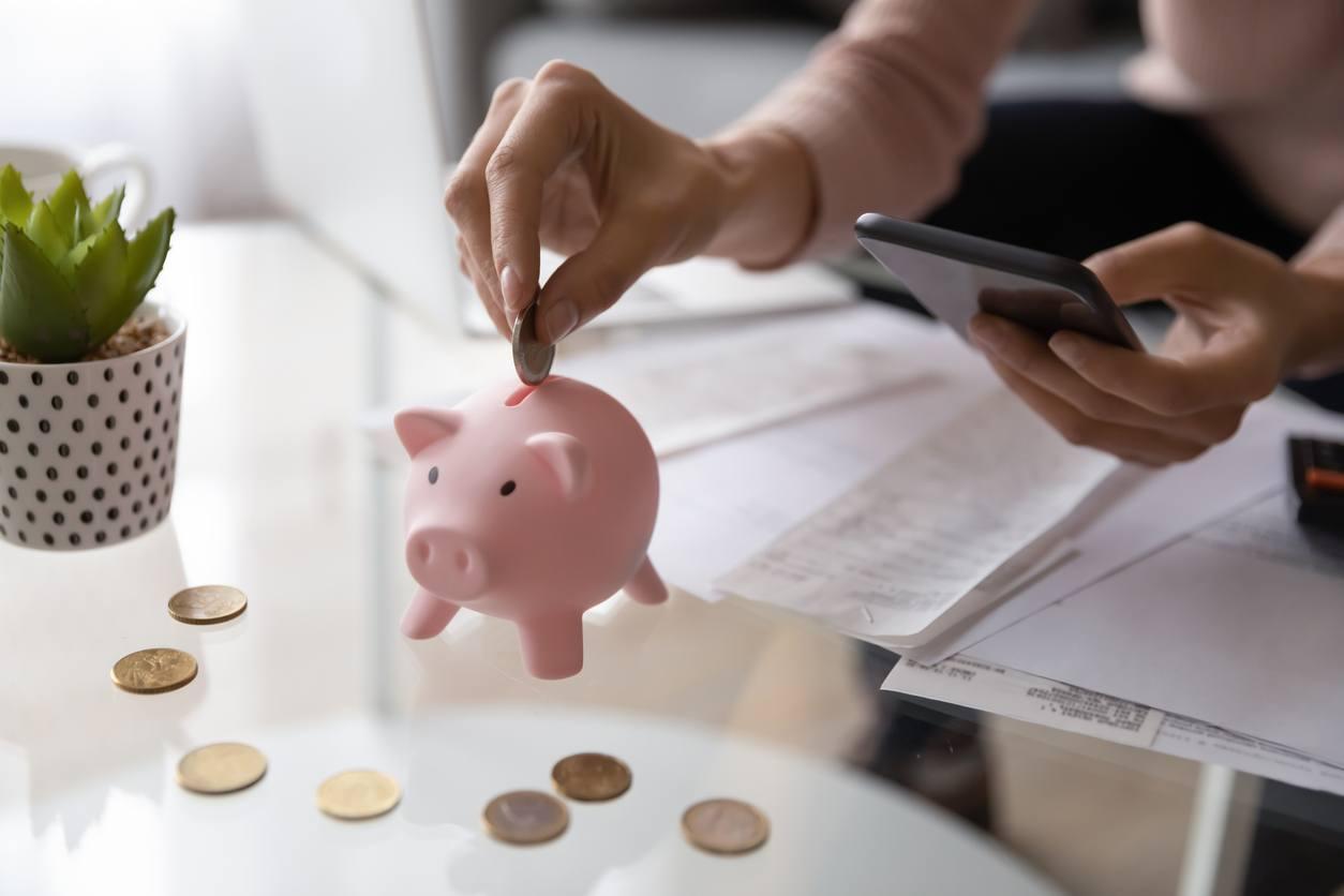 Persona ahorrando dinero de su nómina