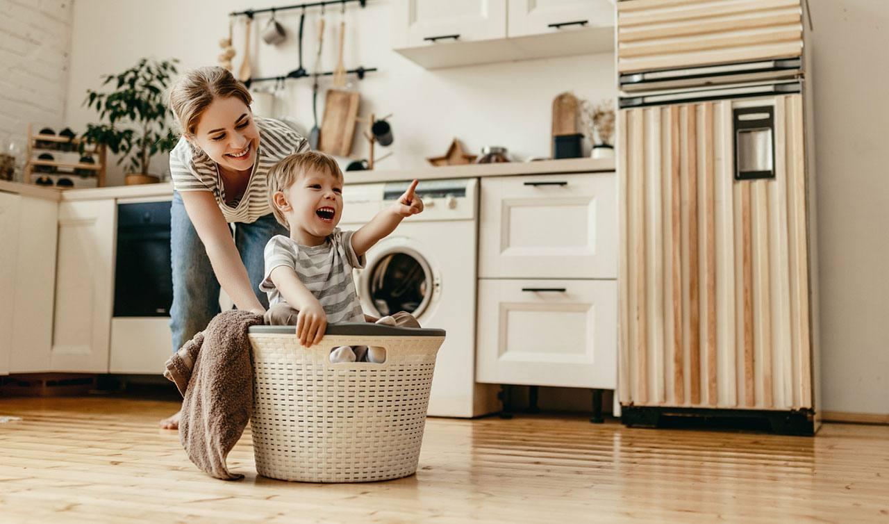 Madre e hijo jugando en la cocina