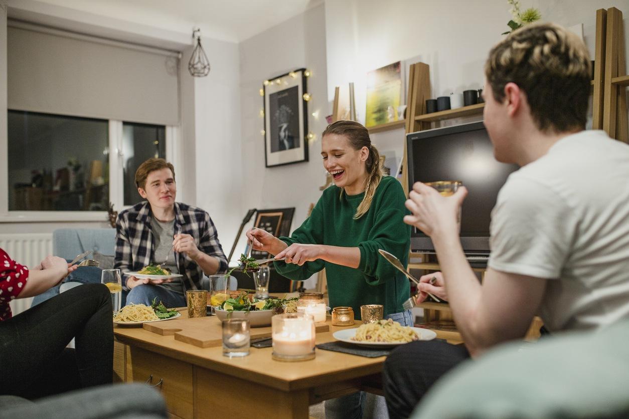Personas cenando en su espacio coliving