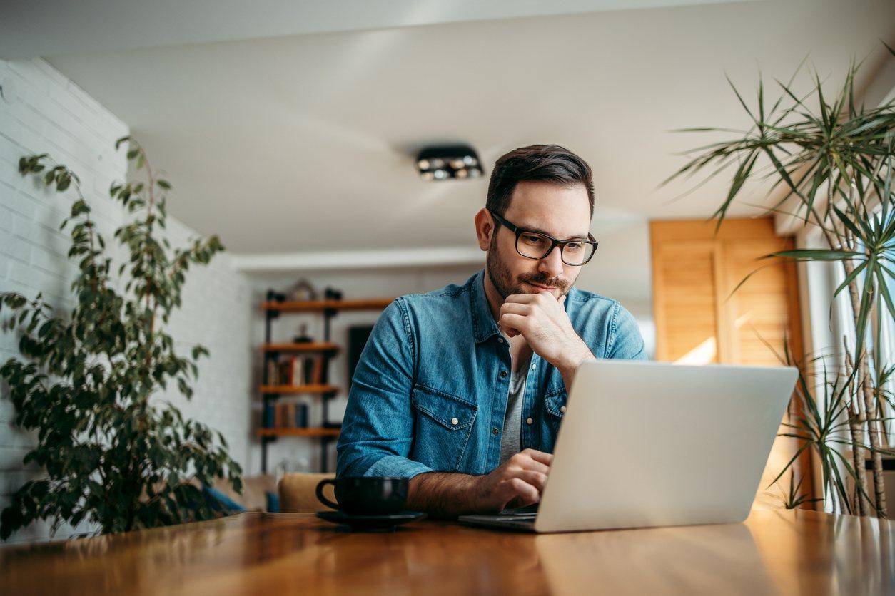 Persona revisando información en una computadora