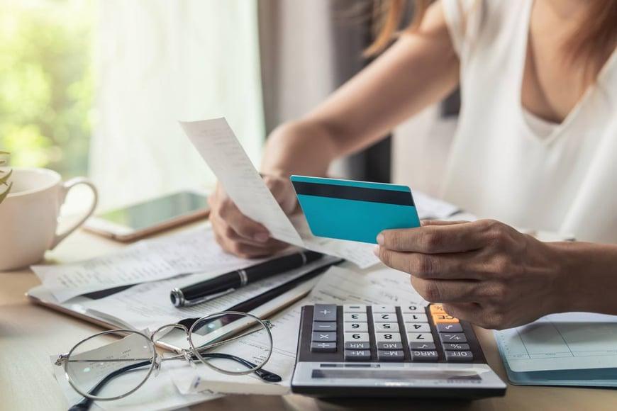 Persona calculando el pago de una deuda