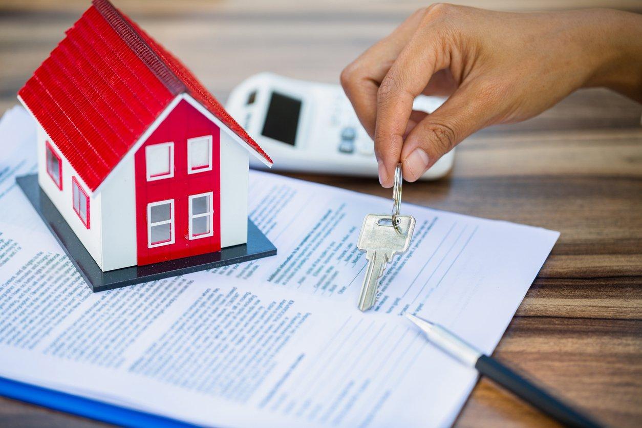 Contrato y llaves de una casa
