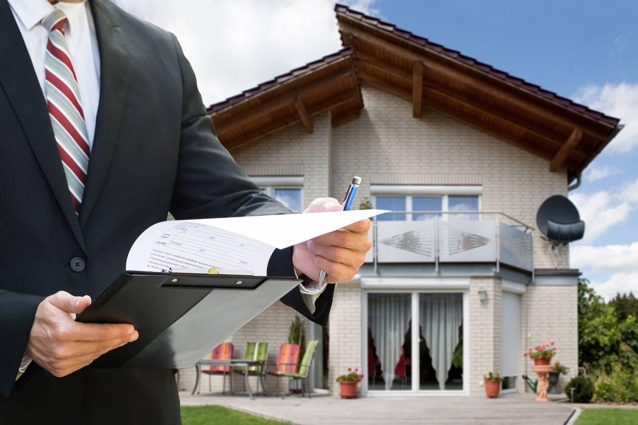 Agente inmobiliario vendiendo una casa