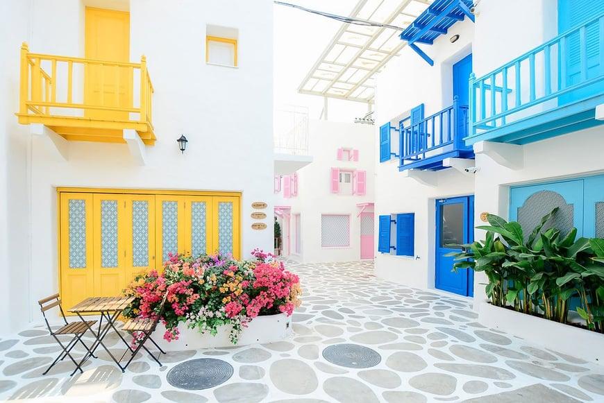Casa colorida en primavera