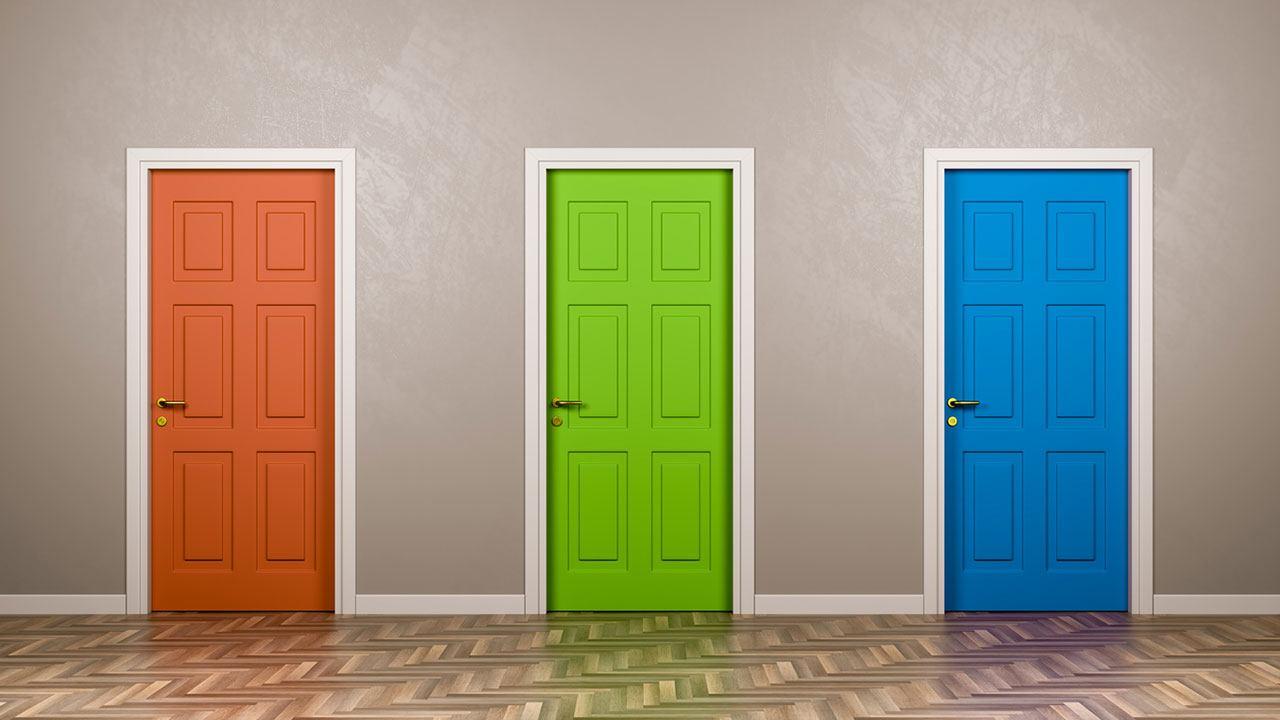 Entrada de un edificio con tres puertas de colores