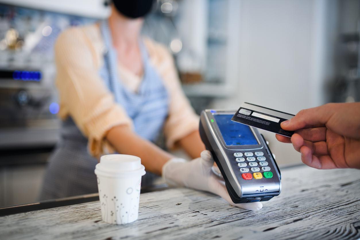 Estudiante pagando con tarjeta de crédito