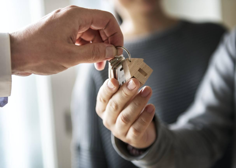 Persona recibiendo las llaves de su casa nueva