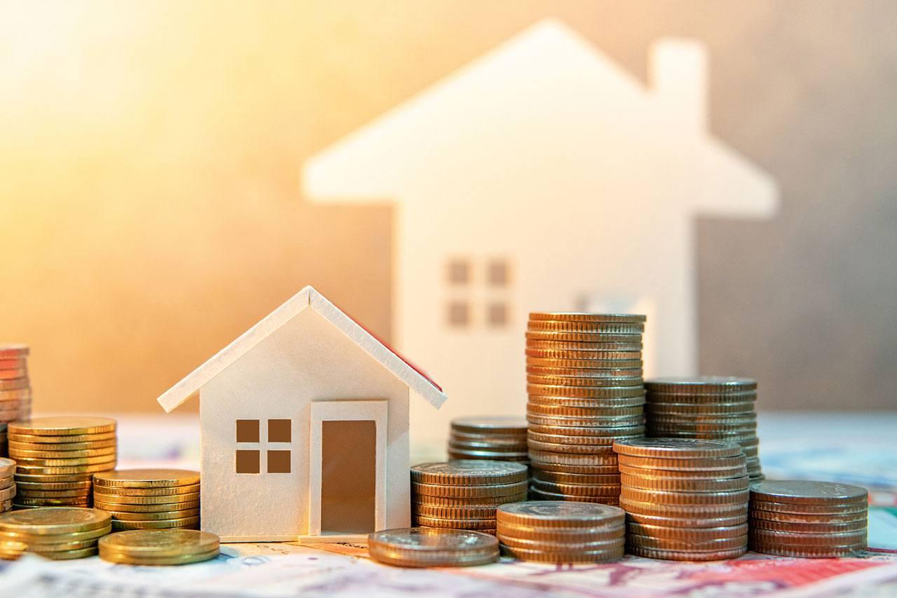 Monedas junto a una casa