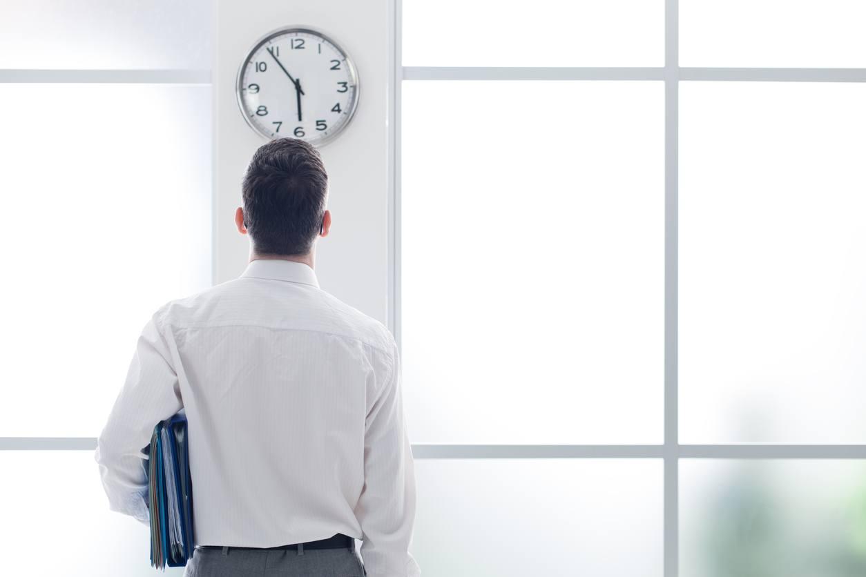 Hombre mirando detenidamente el reloj