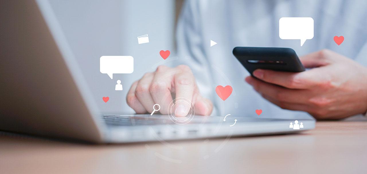 Persona usando redes sociales desde la computadora