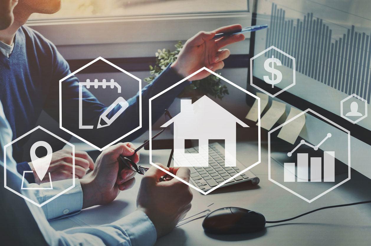 Estudio de mercado inmobiliario explicado en una computadora
